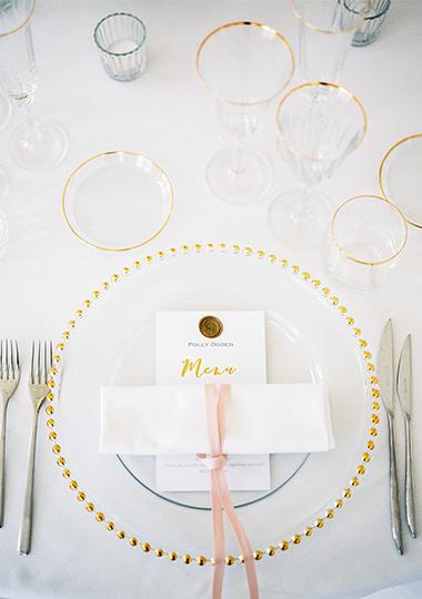 vaisselle en or pour diner de mariage