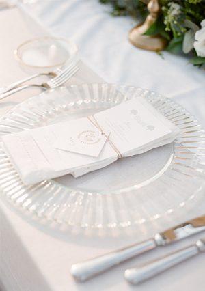 diner de mariage avec assiette de presentation transparente prisme